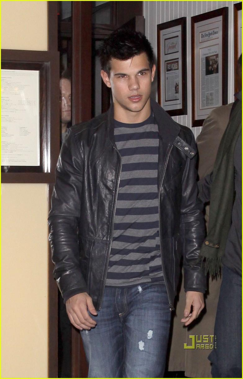 Taylor Lautner ( Twilight) Taylor-lautner-blt-steak-04